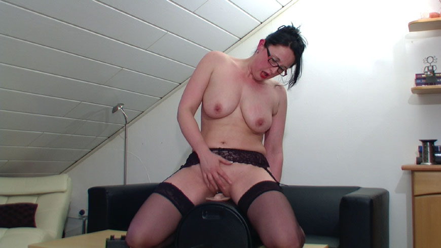 Huge dildo fuck machine in hotkinkyjo ass 3