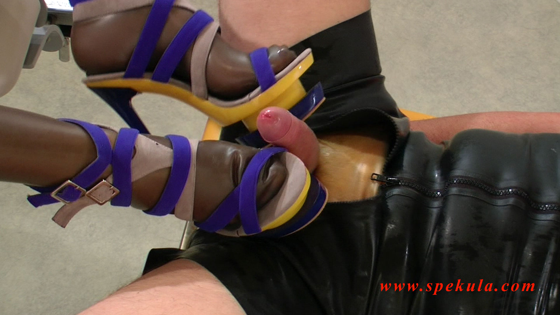 Squirting Sperma auf High Heels